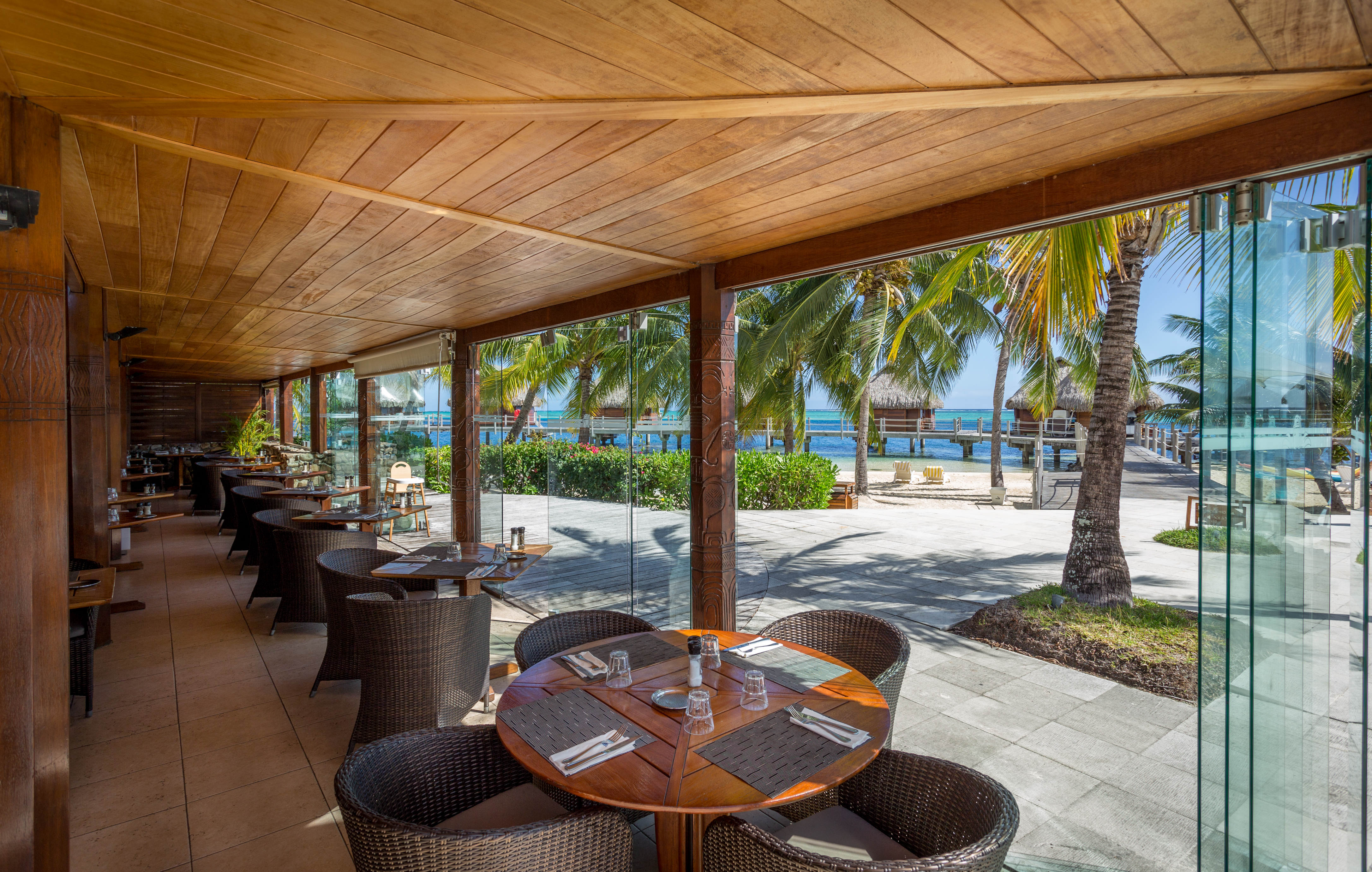 https://tahititourisme.es/wp-content/uploads/2018/03/RESTAURATION-Restaurant-Mahanai-1-Charles_Veronese.jpg