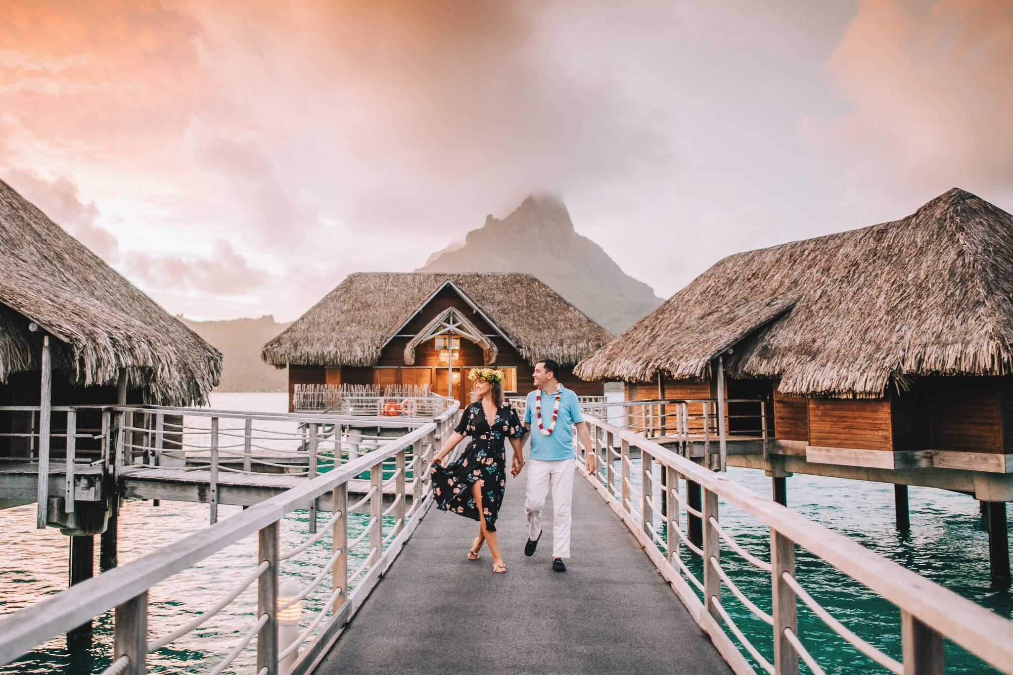 https://tahititourisme.es/wp-content/uploads/2021/04/Bora-Bora-Photographer-Honeymoon-Wedding-couple-10.jpg